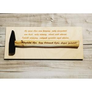 Kalapács szülőköszöntő akasztóval, Esküvő, Emlék & Ajándék, Szülőköszöntő ajándék, Gravírozás, pirográfia, Rendelhető bármilyen felirattal. A kalapács alá is kérhető felirat. 30 cm széles a kalapács. Az egye..., Meska