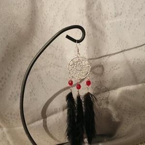 Álomfogós tollas fülbevaló, Ékszer, Fülbevaló, Lógó fülbevaló, Ékszerkészítés, Piros csiszolt gyönggyel díszített álomfogós fekete tollas fülbevaló, Meska