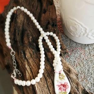 Gyöngysor fehér rózsa medállal, Ékszer, Nyaklánc, Medálos nyaklánc, Ékszerkészítés, tekla gyöngysor, kerámia rózsa medállal, Meska