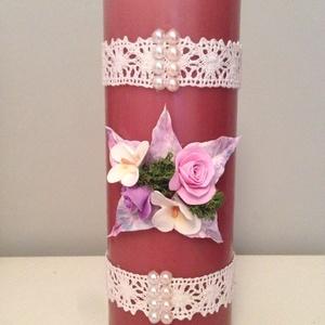 Mályva színű dekor - gyertya pink agyagvirágokkal (mindkét oldalán) és csipkével díszítve, Gyertya & Gyertyatartó, Dekoráció, Otthon & Lakás, Gyurma, Mindenmás, Egyedi , agyagvirágokkal díszített tömbgyertya !\n\n Mérete : 20 cm  magas x  7 cm átmérőjű\n\n A készen..., Meska