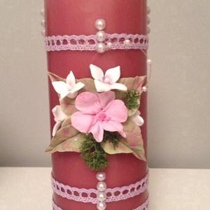 Mályva színű dekor - gyertya pink agyagvirágokkal (mindkét oldalán) és csipkével díszítve, Otthon & Lakás, Gyertya & Gyertyatartó, Dekoráció, Gyurma, Mindenmás, Meska