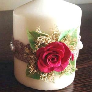 Fehér színű mini dekor - gyertya  piros rózsával ,csipkével és gyönggyel díszítve, Gyertya & Gyertyatartó, Dekoráció, Otthon & Lakás, Virágkötés, Gyurma, \nMérete : 6,5 cm  magas x  5,5 cm átmérőjű\n\n A készen vásárolt német minőségű gyertyára  saját kézze..., Meska