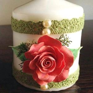 Fehér színű mini dekor - gyertya  korall színű rózsával  és csipkével  díszítve, Gyertya & Gyertyatartó, Dekoráció, Otthon & Lakás, Virágkötés, Gyurma, \nMérete : 6,5 cm  magas x  5,5 cm átmérőjű\n\n A készen vásárolt német minőségű gyertyára  saját kézze..., Meska
