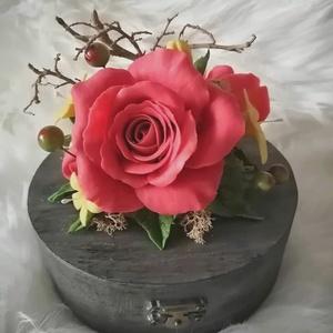 Különleges  ékszerdoboz, nagy vörösrózsa agyagvirágokkal díszítve !, Dekoráció, Otthon & lakás, Lakberendezés, Ünnepi dekoráció, Esküvő, Mindenmás, Gyurma, Ez a különleges alakú ékszerdoboz tökéletes ajándék lehet bármilyen alkalomra.\n\nMérete : \n H-16 cm\n ..., Meska