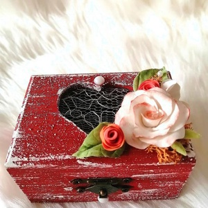 Egyedi ékszerdoboz ,   agyagvirágokkal díszítve, Esküvő, Dekoráció, Otthon & lakás, Egyéb, Szerelmeseknek, Ünnepi dekoráció, Gyurma, Mindenmás, Egyedi,  különleges kézműves  gyűrűs doboz !\nMérete : \n H-7,5 cm\n Ma-4,5 cm\n Mé- 6 cm \n\n Ha egy igaz..., Meska