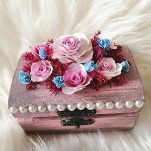 Fa ékszerdoboz,  agyagvirágokkal díszítve, Dekoráció, Otthon & lakás, Lakberendezés, Ünnepi dekoráció, Esküvő, Mindenmás, Gyurma, Egyedi ,apró virágos ,kis  rózsaszín ékszerdoboz !\n\nMérete : \n H-9 cm\n Ma-4 cm\n Mé- 6 cm \nA készen v..., Meska