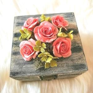 Fa ékszerdoboz,rózsa agyagvirágokkal díszítve !, Dekoráció, Otthon & lakás, Lakberendezés, Ünnepi dekoráció, Esküvő, Mindenmás, Gyurma, Rózsákkal díszített antikolt szürke ékszerdoboz !\n\nMérete : \n H-9,5 cm\n Ma-6 cm\n Mé- 9,5 cm \n\nA kész..., Meska