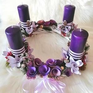 Különleges adventi asztaldísz ...a lila szín kedvelőinek ! , Dekoráció, Otthon & lakás, Ünnepi dekoráció, Karácsony, Karácsonyi dekoráció, Mindenmás, Virágkötés, Ez a  lila színvilágú adventi koszorú az Ünnepi Asztalodnak különleges dísze lehet  !\nÁtmérője 30 cm..., Meska
