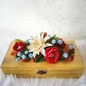 Aranysárga ékszerdoboz,szines agyagvirágokkal díszítve !, Dekoráció, Otthon & lakás, Lakberendezés, Ünnepi dekoráció, Esküvő, Mindenmás, Gyurma, Mérete : \n H-20 cm\n Ma- 5 cm\n Mé- 9,5 cm \n\nA készen vett  natúr fa dobozt lealapozom,majd akril fest..., Meska