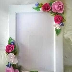 Fehér képkeret, rózsa- agyagvirágokkal díszítve !, Képkeret, Dekoráció, Otthon & Lakás, Gyurma, Mindenmás, Esküvői  ajándéknak  vagy akár egy romantikus stílust kedvelő személynek is bátran ajánlom !\n\nMérete..., Meska