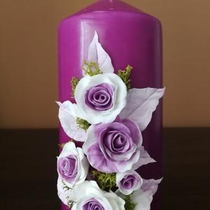 Rózsaszín dekor - gyertya , fehéres  agyagvirágokkal díszítve, Gyertya & Gyertyatartó, Dekoráció, Otthon & Lakás, Gyurma, Mindenmás, Egyedi , agyagvirágokkal díszített tömbgyertya !\n\n Mérete :15cm  magas x 6 cm átmérőjű\n\n A készen vá..., Meska