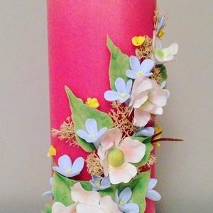 Pink dekor - gyertya , fehér agyagvirágokkal díszítve, Gyertya & Gyertyatartó, Dekoráció, Otthon & Lakás, Gyurma, Mindenmás, Egyedi , agyagvirágokkal díszített tömbgyertya !\n\n Mérete : 20 cm  magas x  7 cm átmérőjű\n\n A készen..., Meska