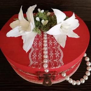 Különleges  ékszerdoboz, fehér liliom agyagvirágokkal díszítve !, Dekoráció, Otthon & lakás, Lakberendezés, Ünnepi dekoráció, Esküvő, Mindenmás, Gyurma, Ez a különleges alakú ékszerdoboz tökéletes ajándék lehet bármilyen alkalomra.\n\nMérete : \n H-16 cm\n ..., Meska