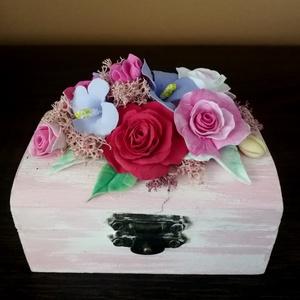 Fa ékszerdoboz,  agyagvirágokkal díszítve !, Dekoráció, Otthon & lakás, Lakberendezés, Ünnepi dekoráció, Esküvő, Mindenmás, Gyurma, Egyedi ,apró virágos ,kis  rózsaszín ékszerdoboz !\n\nMérete : \n H-9 cm\n Ma-4 cm\n Mé- 6 cm \nA készen v..., Meska