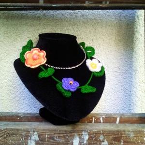 Horgolt vintage nyaklánc, bohém textilékszer, színes virágfűzér, Ékszer, Nyaklánc, Ékszerkészítés, Horgolás, Egyedi tervezésű, horgolt textilékszer. Nagy, színes virágokkal és fagyöngyökkel díszített zöld alap..., Meska