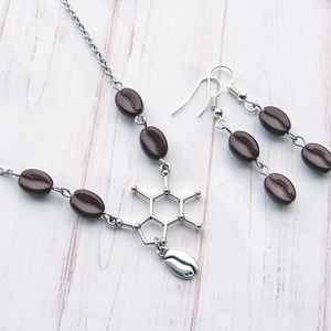 Kávészerelem ékszerszett - nyaklánc és fülbevaló, Ékszer, Fülbevaló, Nyaklánc, Koffeinmolekula medál és kávészemek alkotják ezt az ékszerszettet, ami minden kávéimádó kedvence leh..., Meska
