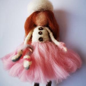 Lány korcsolyával, Karácsony, Karácsonyi dekoráció, Nemezelés, Tűnemezeléssel készült gyapjúlélek. Téli dekoráció, kezében korcsolyával.\nMérete: 16 cm. akasztóval ..., Meska
