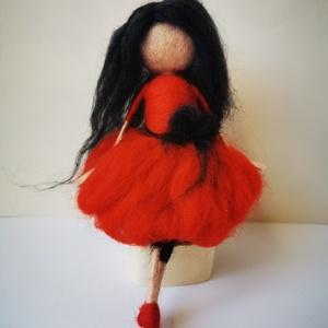Carmen tűnemezelt gyapjúbaba, Otthon & lakás, Dekoráció, Lakberendezés, Nemezelés, Carmen, egy pihe-puha gyapjúlélek. \nKedvenc színe a piros, mert az kiemeli hosszú fekete haját. Ő eg..., Meska