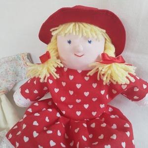 Piroska Textilbaba + 2 outfit, Játék & Gyerek, Baba & babaház, Öltöztethető baba, Varrás, Kedves kis textilbaba szerető otthont keres. :)\n\nMinden része kézzel készített. A kalapon és a cipőn..., Meska
