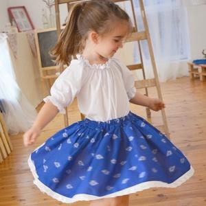 PÖRGŐS, állítható derekú, 2 szélhosszas, 20-60 cm hosszú,nagy virágos világos kékfestő mintájú néptáncos szoknya, Táska, Divat & Szépség, Gyerekruha, Ruha, divat, Gyerek & játék, Gyerek (1-10 év), Kamasz (10-14 év), Varrás, A néptáncos szoknyát úgy alkottuk meg, hogy több évig is viselhessék a lányok, hölgyek és asszonyok,..., Meska