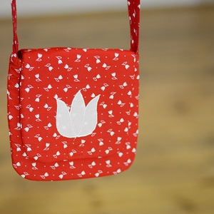 Tulipános pirosfestő táska, Táska, Táska, Divat & Szépség, Válltáska, oldaltáska, Varrás, Hímzés, A pirosfestő mintájú táska anyaga 100 % pamut.\n\n30°-on mosható, az anyag nem ereszti a színét.\n\n..., Meska