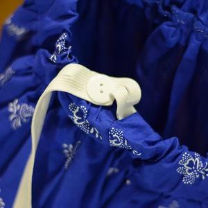 PÖRGŐS, állítható derekú, 2 szélhosszas, 20-60 cm hosszú,nagy virágos világos kékfestő mintájú néptáncos szoknya (gyetomi) - Meska.hu