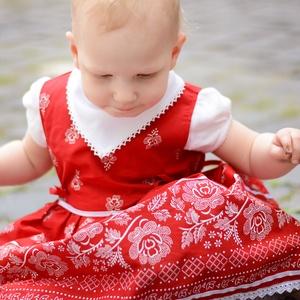 Pirosfestő 62-104-es lány bordűrös ruha madeira  csipke díszítéssel, Táska, Divat & Szépség, Gyerekruha, Ruha, divat, Gyerek & játék, Baba (0-1év), Gyerek (1-10 év), Varrás, A pirosfestő mintájú lány ruha anyaga 100 % pamut. A hátán cipzárral záródik, és a bősége két oldalt..., Meska