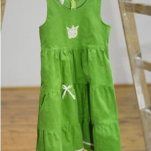 Kord ruha 110-152-es, zöld,  hímzéssel, szatén szalaggal, Táska, Divat & Szépség, Gyerekruha, Ruha, divat, Gyerek & játék, Gyerek (1-10 év), Kamasz (10-14 év), Hímzés, Varrás, A kordbársony ruha anyaga bőrbarát: 95% pamut, 5% elasztán ( ez utóbbitól válik sztreccsé a textil)...., Meska