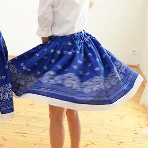 PÖRGŐS, állítható derekú, 2 szélhosszas, 20-60 cm hosszú,bordűrös világos kékfestő mintájú néptáncos szoknya, Szoknya, Babaruha & Gyerekruha, Ruha & Divat, Varrás, A néptáncos szoknyát úgy alkottuk meg, hogy több évig is viselhessék a lányok, hölgyek és asszonyok,..., Meska