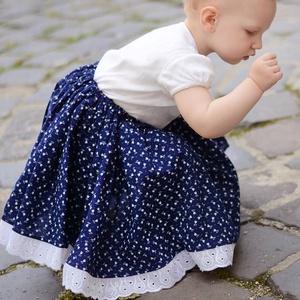PÖRGŐS, állítható derekú, 2 szélhosszas, 20-50 cm hossz, apró tulipános sötét kékfestő mintájú néptáncos szoknya, Táska, Divat & Szépség, Gyerekruha, Ruha, divat, Gyerek & játék, Gyerek (1-10 év), Kamasz (10-14 év), Varrás, A néptáncos szoknyát úgy alkottuk meg, hogy több évig is viselhessék a lányok, hölgyek és asszonyok,..., Meska