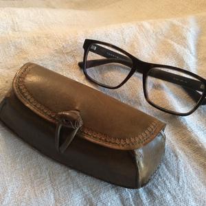 Szemüvegtok, Ruha & Divat, Varrás, Bőrművesség, Kézzel varrott növényi cserzésű marhabőrből készült, bélelt szemüvegtok.\nMérete: 16X7 cm\nSzíne: zöld..., Meska