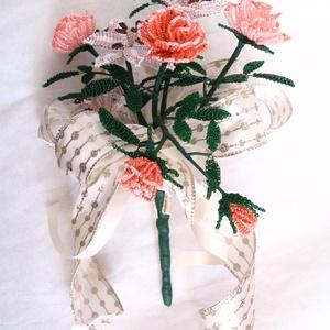 Liliom, rózsa csokor gyöngyből, asztal dísz, lakásdekoráció (gyongyfonat) - Meska.hu