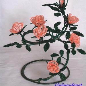 Rózsás asztal dísz gyöngyből, Dekoráció, Otthon & lakás, Lakberendezés, Asztaldísz, Kaspó, virágtartó, váza, korsó, cserép, Gyöngyfűzés, gyöngyhímzés, A dísz alapja egy drótból készült spirál, melyet szintén saját kezűleg készítettem. Ezen helyeztem e..., Meska