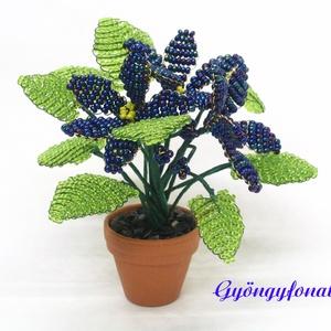 Kék fokföldi ibolya gyöngyből, cserepes virág , Otthon & lakás, Dekoráció, Dísz, Gyöngyfűzés, gyöngyhímzés, Virágkötés, 3,5 cm átmérőjű cserépbe készítettem ezt a kis díszt. A virágokat kék,  és zöld  2 mm-es cseh kásagy..., Meska
