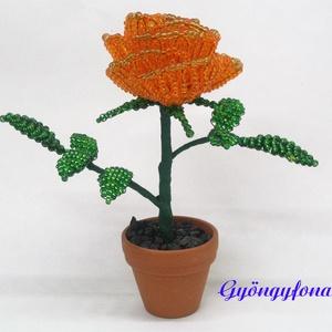 Narancssárga rózsa gyöngyből. cserepes dísz, Otthon & lakás, Lakberendezés, Kaspó, virágtartó, váza, korsó, cserép, Kerti dísz, Gyöngyfűzés, gyöngyhímzés, Mindenmás, Egy szál virágot fűztem 2 mm-es narancssárga cseh kásagyöngyből, amit 3,5 cm-es cserépbe rögzítettem..., Meska
