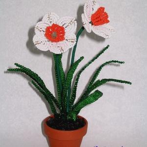 Fehér nárcisz cserepes virág gyöngyből, asztali dísz, Otthon & lakás, Dekoráció, Dísz, Lakberendezés, Kaspó, virágtartó, váza, korsó, cserép, Gyöngyfűzés, gyöngyhímzés, Virágkötés, A virágot 2 mm-es fehér, sárga és zöld cseh kásagyöngyből fűztem, majd 5 cm átmérőjű cserépbe rögzít..., Meska