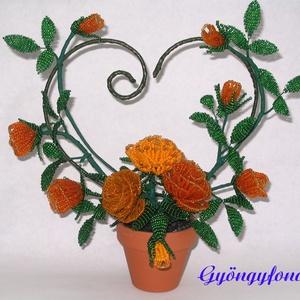 Narancssárga szív dísz gyöngyből, asztaldísz, Otthon & lakás, Dekoráció, Dísz, Lakberendezés, Kaspó, virágtartó, váza, korsó, cserép, Gyöngyfűzés, gyöngyhímzés, Virágkötés,  Először drótból készítettem egy szív alakú alapot, a magassága: 16 cm a szélessége: 18 cm. Erre erő..., Meska