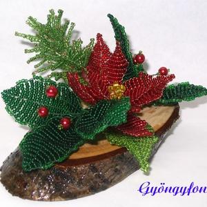 Piros mikulásvirág karácsonyi asztaldísz, Karácsony & Mikulás, Karácsonyi dekoráció, Gyöngyfűzés, gyöngyhímzés, Virágkötés, A díszt ovális alakú fa talpra készítettem. A talp 11 cm hosszú és 6 cm széles. Áll 1 db piros mikul..., Meska
