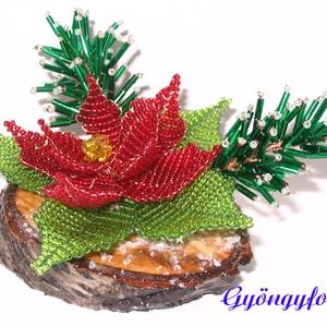 Piros mikulásvirág karácsonyi asztaldísz, Karácsony & Mikulás, Karácsonyi dekoráció, Gyöngyfűzés, gyöngyhímzés, Virágkötés, A díszt ovális alakú fa talpra készítettem. A talp 9 cm hosszú és 6 cm széles. Áll 1 db piros mikulá..., Meska