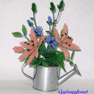 Liliom katángkóróval gyöngyből  öntözőkannában, asztaldísz, Otthon & lakás, Dekoráció, Dísz, Lakberendezés, Kaspó, virágtartó, váza, korsó, cserép, Karácsony, Ajándékkísérő, Gyöngyfűzés, gyöngyhímzés, Virágkötés, Ezt az asztali díszt 5 cm magas cink öntözőkannába készítettem, a teljes magassága 18 cm, legszélese..., Meska