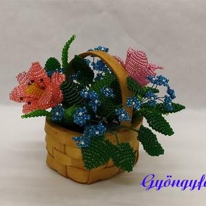 Tulipán kéknefeleccsel kosárban  gyöngyből, asztaldísz , Otthon & lakás, Dekoráció, Lakberendezés, Asztaldísz, Kaspó, virágtartó, váza, korsó, cserép, Gyöngyfűzés, gyöngyhímzés, Virágkötés, A díszt 7x4 cm-es háncskosárba készítettem, magassága kb. 9 cm, legszélesebb része kb.14 cm. A virág..., Meska