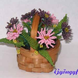 Mirigyes őszirózsa kosárban,  gyöngyből asztaldísz , Otthon & lakás, Dekoráció, Lakberendezés, Asztaldísz, Gyöngyfűzés, gyöngyhímzés, Virágkötés, A díszt 7x4 cm-es háncskosárba készítettem, magassága kb. 10 cm, legszélesebb része kb.11 cm. A virá..., Meska