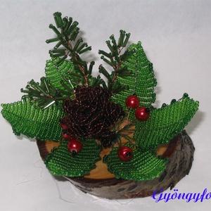 Karácsonyi asztaldísz tobozzal, Karácsony & Mikulás, Karácsonyi dekoráció, Gyöngyfűzés, gyöngyhímzés, Virágkötés, A díszt ovális alakú fa talpra készítettem. A talp 9 cm hosszú és 7 cm széles.  A fatalpat tobozzal,..., Meska