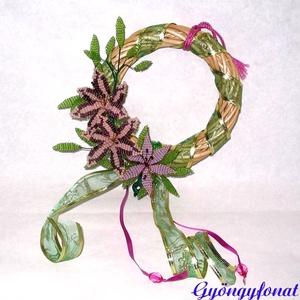 Ajtódísz gyöngyből , Karácsony & Mikulás, Karácsonyi dekoráció, Gyöngyfűzés, gyöngyhímzés, Virágkötés, Ezt az ajtódíszt 15 cm átmérőjű natúr színű vessző alapra készítettem, amit zöld díszítő szalaggal v..., Meska