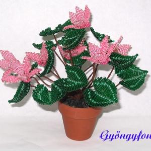 Rózsaszín ciklámen cserepes virág gyöngyből, asztaldísz, Otthon & Lakás, Dekoráció, Csokor & Virágdísz, Gyöngyfűzés, gyöngyhímzés, Virágkötés, A virágot 2 mm-es rózsaszín, és zöld cseh kásagyöngyből fűztem, majd 5 cm átmérőjű cserépbe rögzítet..., Meska