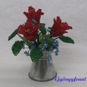 Piros tulipán kéknefelejccsel cink kannában gyöngyből, asztali dísz, Otthon & Lakás, Dekoráció, Csokor & Virágdísz, Gyöngyfűzés, gyöngyhímzés, Virágkötés, A díszt egy 6 cm magas és 4 cm átmérőjű cink kiöntőbe készítettem. Teljes magassága ( virág + cink e..., Meska