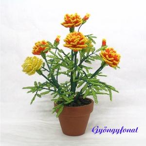 Bársonyvirág asztaldísz cserépben, virág dekoráció gyöngyből, Otthon & Lakás, Dekoráció, Csokor & Virágdísz, Gyöngyfűzés, gyöngyhímzés, Virágkötés, Ezt az asztaldíszt 2 mm-es citromsárga, narancssárga és zöld gyöngyből készítettem, majd egy 7 cm át..., Meska
