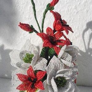 Fehér virágos asztaldísz (Gyongykertesz) - Meska.hu