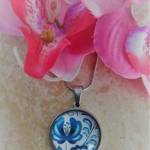 Üveglencsés nyaklánc kék virág, Ékszer, Ékszerszett, Ékszerkészítés, Köszöntelek a Gyöngymandala Műhely virtuális boltjában!\nÜveglencsés technikával készített nemesacél ..., Meska