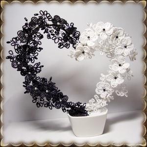 Gyöngyből készített  asztaldísz GYV03-1, Otthon & lakás, Dekoráció, Dísz, Képzőművészet, Vegyes technika, Lakberendezés, Asztaldísz, Gyöngyfűzés, gyöngyhímzés, Virágkötés, Ezt a szívet fekete-fehér gyöngyből fűzött virágokból alakítottam ki .                              ..., Meska